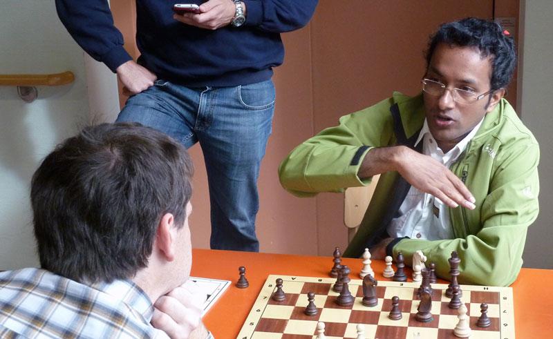 GM Kidambi Sundararajan bei der Analyse mit FM Andreas Brühl
